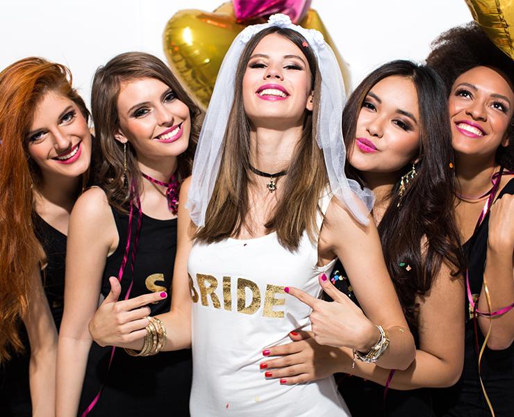 amigas se divertindo em despedida de solteira com camiseta personalizada team bride