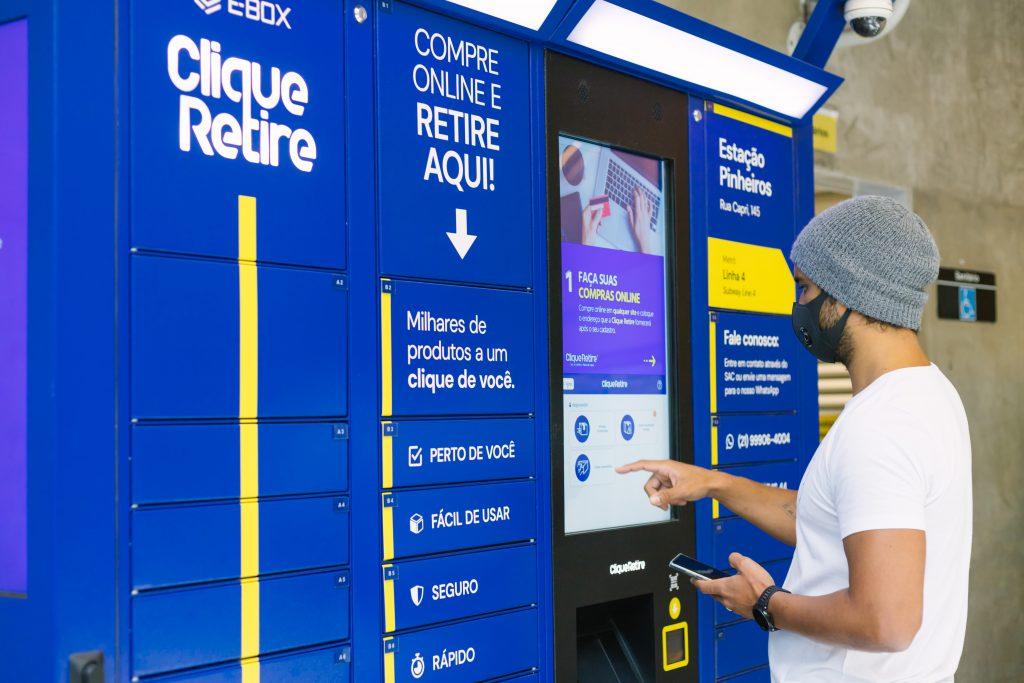 Homem faz retirada de encomenda em um dos pontos Clique Retire