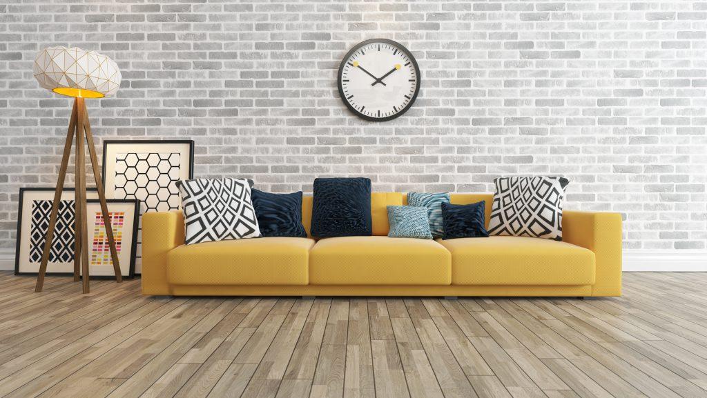 Sala descolada com quadros decorativos no chão