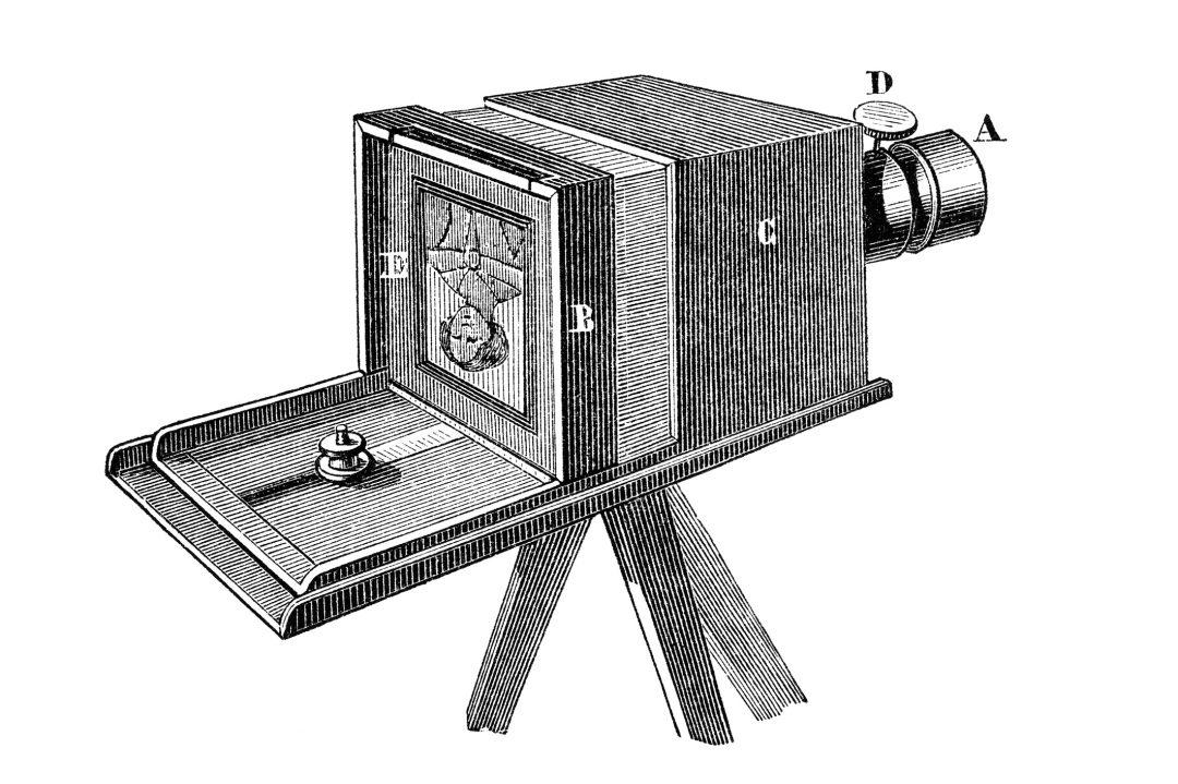 Xilogravura mostrando uma vista esquemática de uma câmera daguerreotipo. Ilustração de um livro de Física de 1883 em que A: tubo de latão com lente de condensação acromática; B: ranhura; C: caixa de madeira; D: cabeça fresada; E: placa de vidro fosco para composição da cena; então substituída pela placa fotográfica sensibilizada.